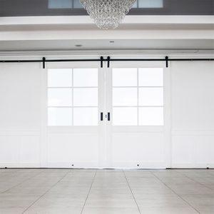 weiße Schiebetüren, Große Schiebetüren, Doppelschiebetür, Schiebetüren mit Glas, weiße Holztüren mit Glas, Eingang zum Ballsaal