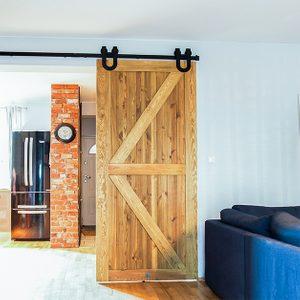 rustikale Holztür, Schiebetür aus gebürstetem Holz, barn door, Schiebetür mit einem Hufeisen, Schiebetür zur Küche