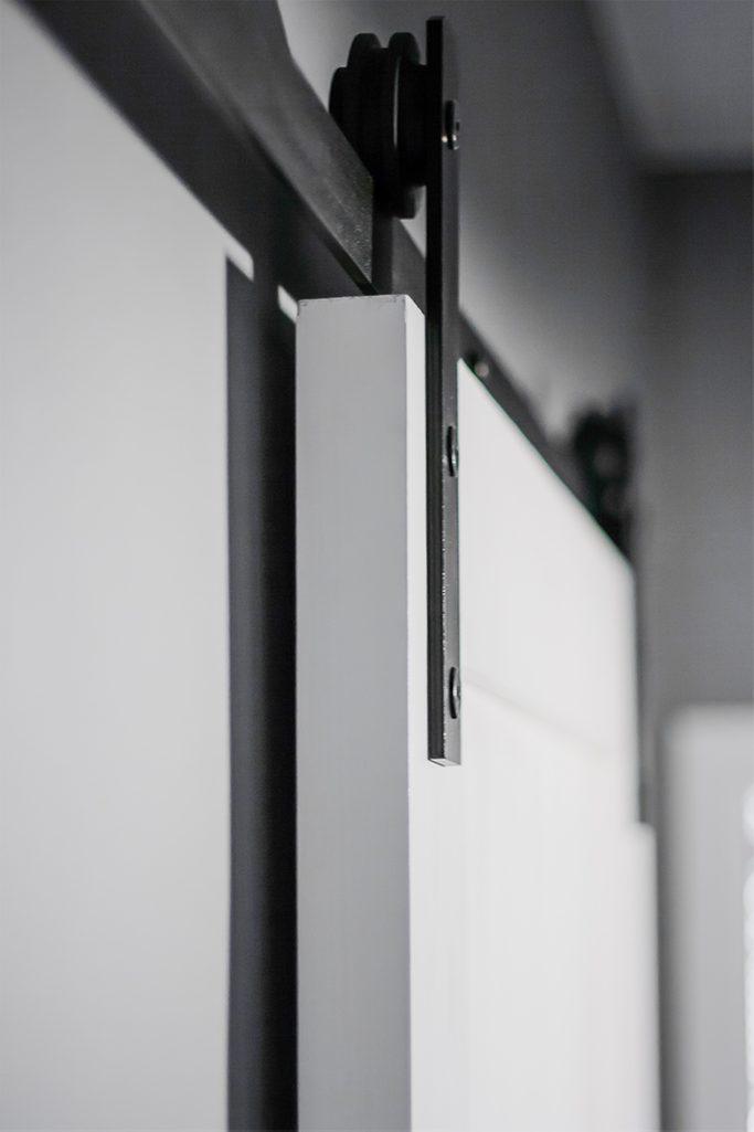 Schiebesystem, weiße Schiebetür, graue Wände in der Halle