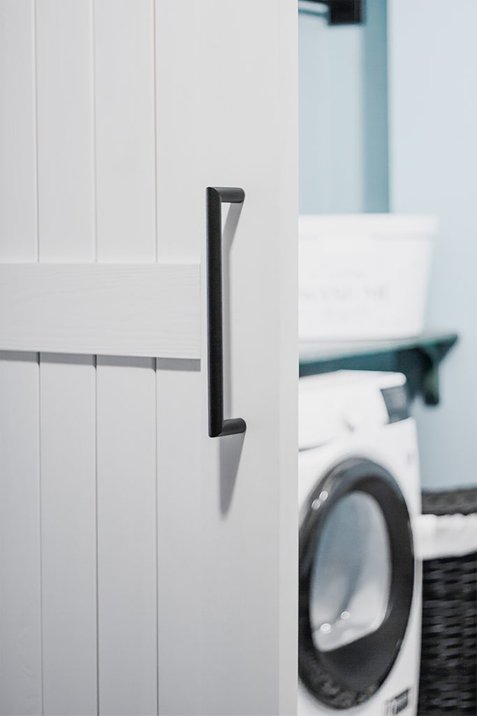 weiße Schiebetür, schwarzes Zubehör, Eingang zur Waschraum, Schiebetür für Waschküche, moderner Bauernstil