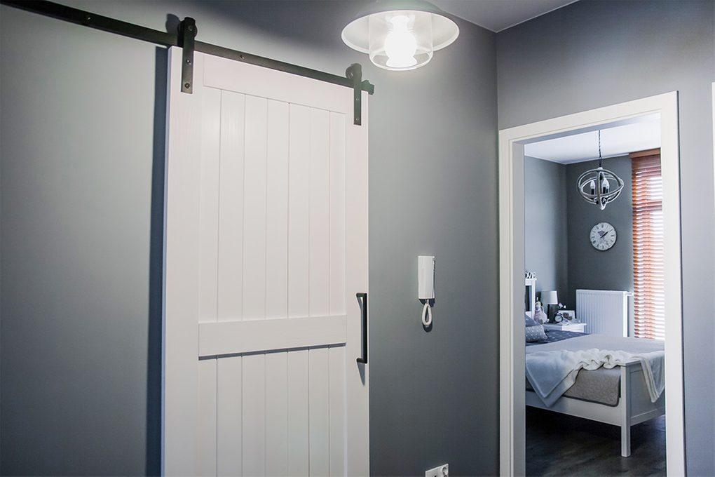 Schiebetür für Waschküche, weiße Schiebetür, Schiebetürsystem, moderner Bauernstil, Wäschetür, Schiebetür im Flur, graue Farben