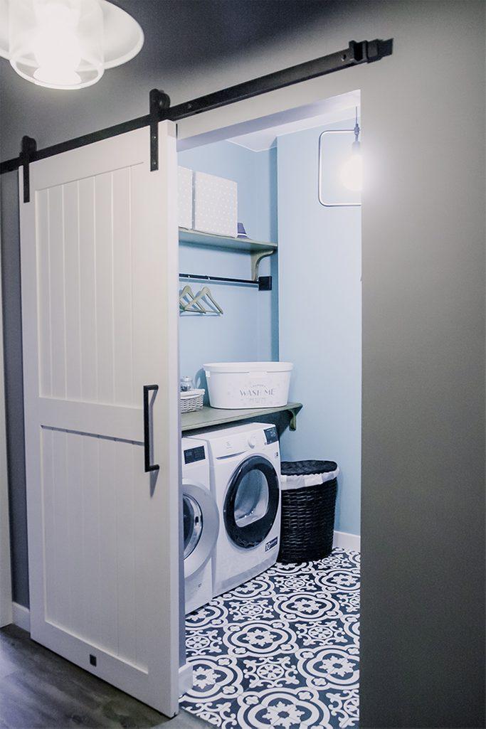 Schiebetür für Waschküche, weiße Schiebetür, Schiebetürsystem, moderner Bauernstil, Wäschetür, Schiebetür im Flur, Mosaik auf dem Boden