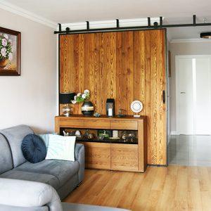 große schiebetür, Schiebewand, Holzschiebetüren, Schiebetüren in einem Metallrahmen, Kommode aus Holz, graues Sofa, Kommode dekorieren