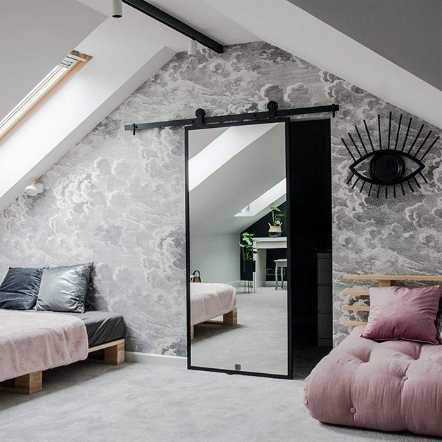 Jugendzimmer, rosa Sofa, grau, Schiebetür Kleiderschrank, Spiegel im Jugendzimmer