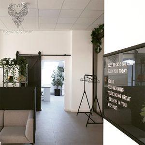 Büro mit Schiebetüren, schwarz Türen, Schwarz-Weiß Innenarchitektur