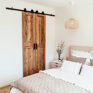 Doppelschiebetür holz, schmale Schiebetüren, Weiß und Holz im Schlafzimmer, Kissen im Boho-Stil, Schranktür