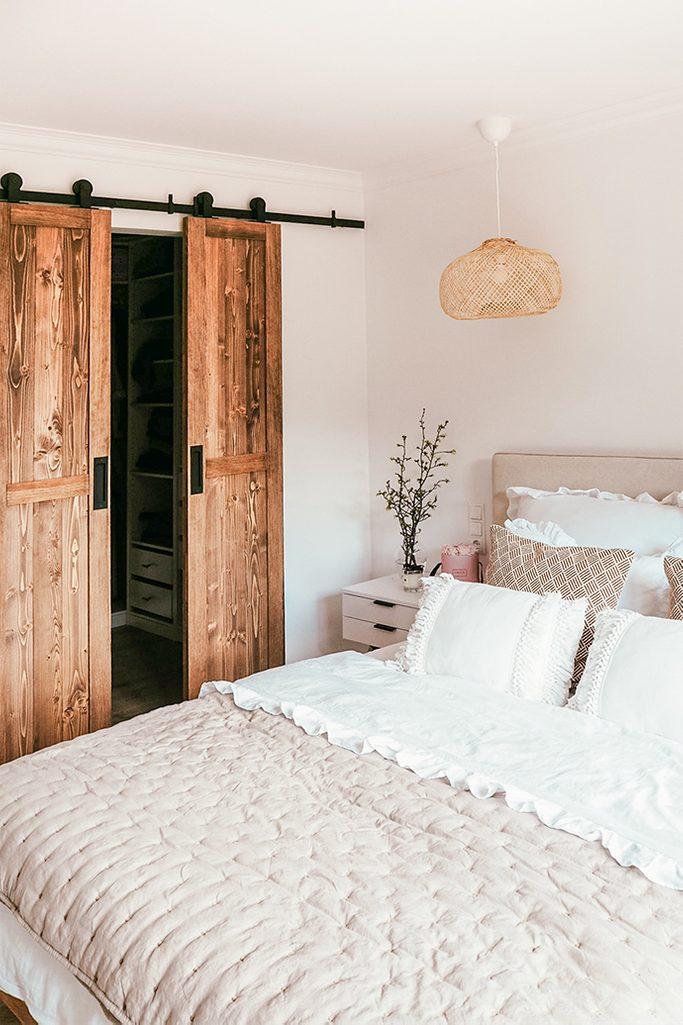 Schranktür, Kleiderschrank im Schlafzimmer, weiß und Holz