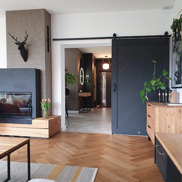 Holz und Schwarz, Eingang zum Wohnzimmer mit Schiebetüren, hölzerne Kommode