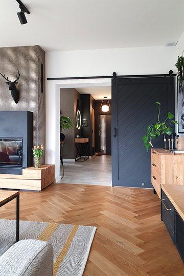Parkettboden im Wohnzimmer, Fischgrätenboden, Holz mit Metallelementen, Schiebetüren im Wohnzimmer
