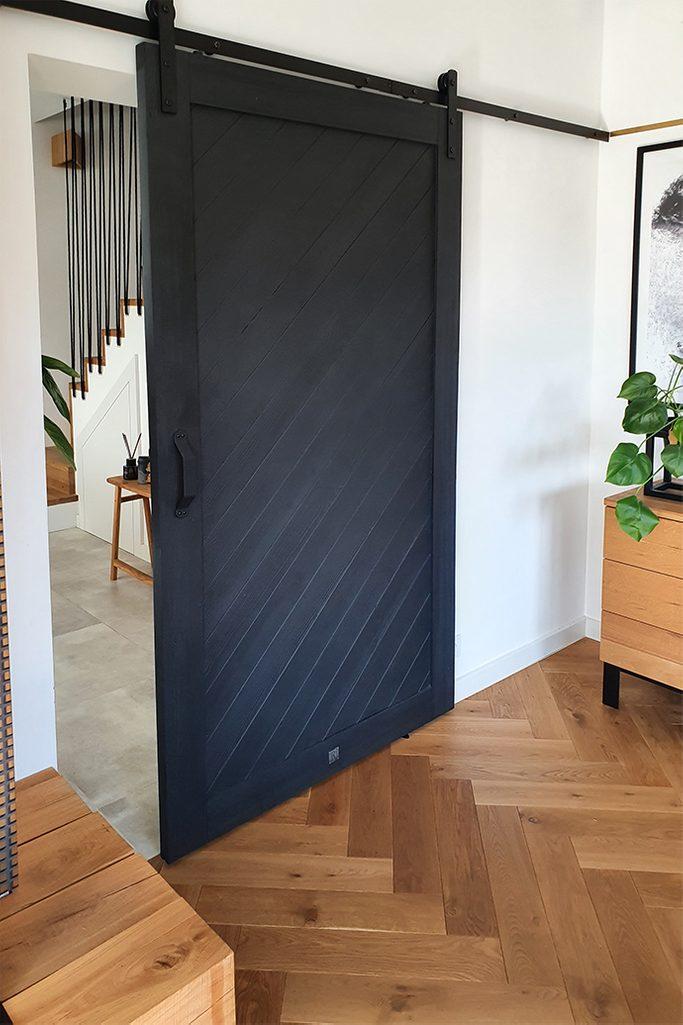 elegante Schiebetüren in Schwarz, Eingang zum Wohnzimmer mit Schiebetüren