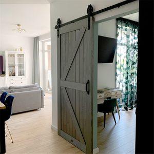Holzschiebetüren, Scheunen-Schiebetüren, Schiebetür holz grau, goldene Accessoires im Innenraum, modernes Interieur, Schlafzimmereingang, Grautöne im Innenraum, Schlafzimmer Schiebetür, Schminktisch im skandinavischen Stil