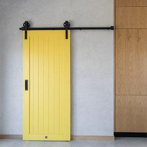 gelbe Schiebetüren, Schiebetüren in der Küche, Schiebetüren zur Speisekammer, gelbe Türen, moderne Küche, Küche mit Speisekammer