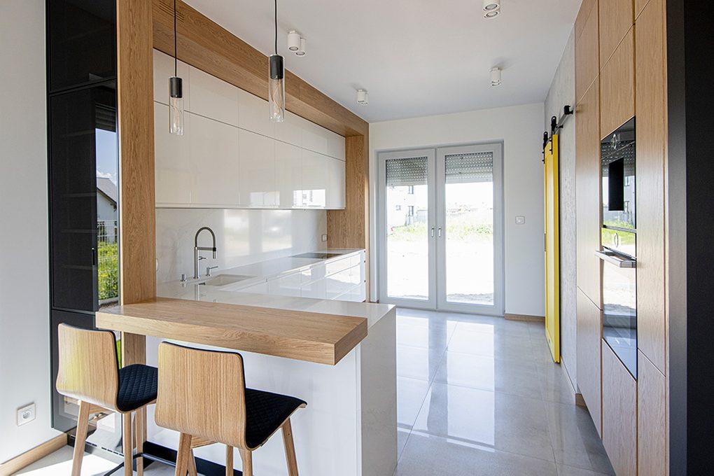 moderne Küche, Küche mit Speisekammer, Speisekammertür, Schiebetür zur Speisekammer, gelbe Tür in der Küche, hochglänzende Küchenmöbel, weiße Möbel in der Küche