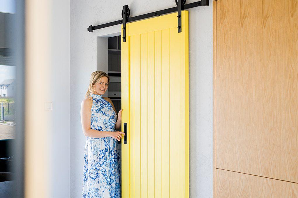 gelbe Küchentür, Pantrytür, Küche mit Pantry, Schiebetür zur Speisekammer, Schiebetür zum Lagerraum