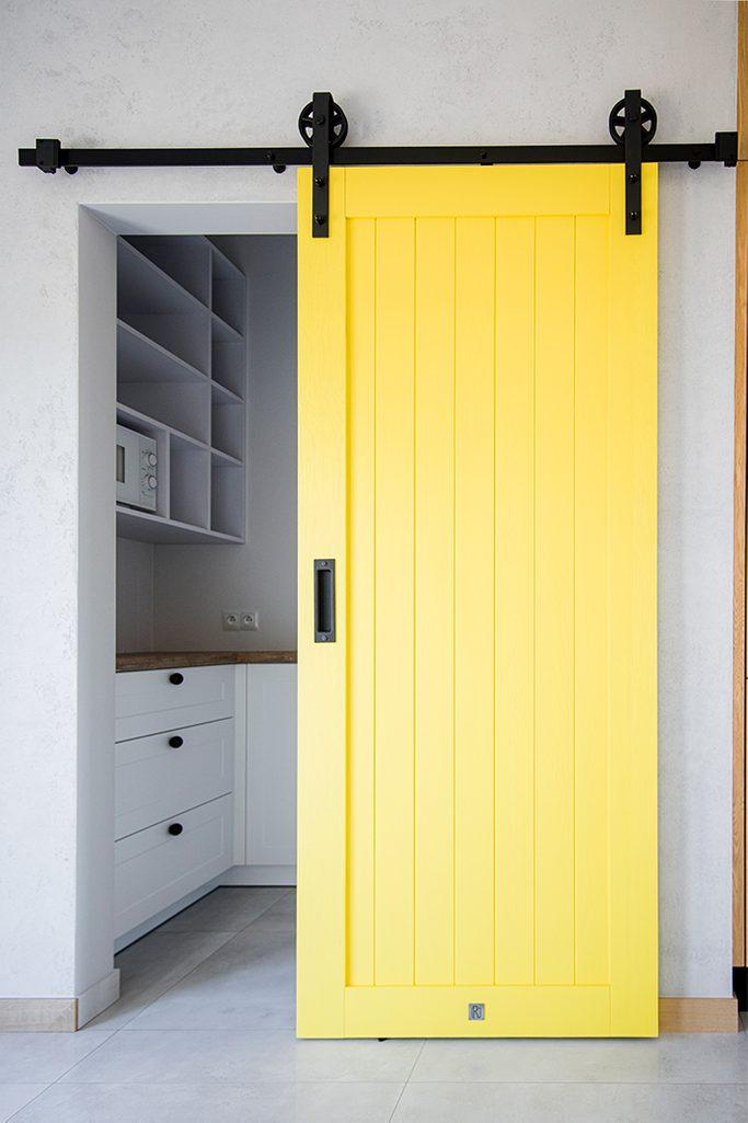 gelbe Schiebetür, Schiebetür zur Speisekammer, einzigartiges Schiebesystem, gelbe Tür, moderne Küche, Eingang zur Speisekammer, gelbe Holztür