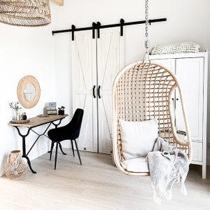 Schiebetüren für den Kleiderschrank, weiße Schiebetüren, Vintage-Schminktisch, Schminktisch aus Metall, schmale Schiebetür, rustikales Weiß, Weiß und Holz, durchbrochene Dekorationen, weißer rustikaler Kleiderschrank, runder Bambusspiegel