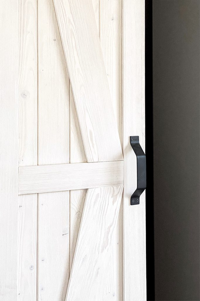 Holzschiebetür, Schiebetürgriff, rustikale weiße, weiße rustikale Tür, Schranktür