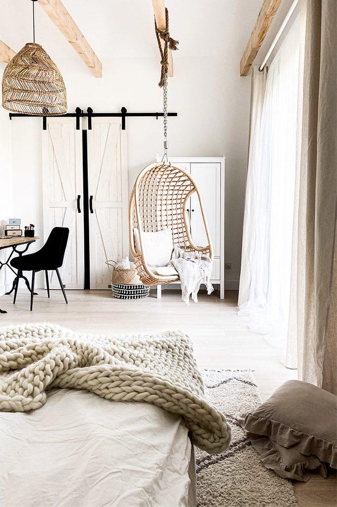 Weiße Schlafzimmer, rustikales Schlafzimmer, rustikales Weiß und Holz im Schlafzimmer, Ethno-Style Hängesessel, Bambus-Hängelampe im Schlafzimmer, natürliche Farben, helle Farben im Schlafzimmer, Schlafzimmer mit Kleiderschrank