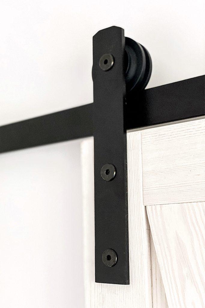 System für Schiebetüren, schwarzes Schiebesystem, rustikale weiße Holztüren