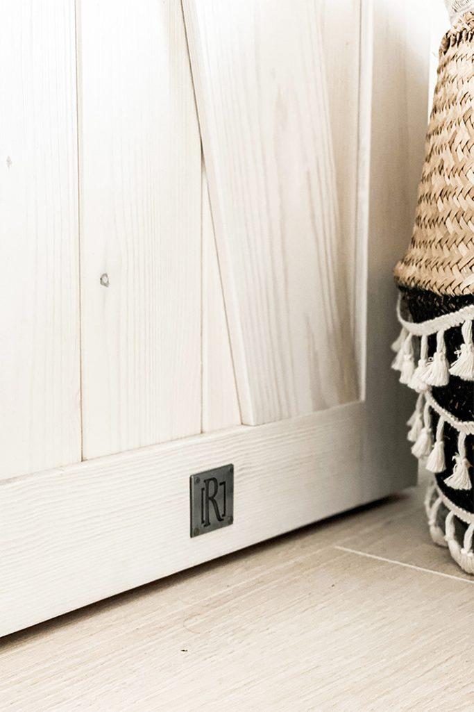 Holzschiebetüren, schmale Schiebetüren, rustikales Weiß im Schlafzimmer