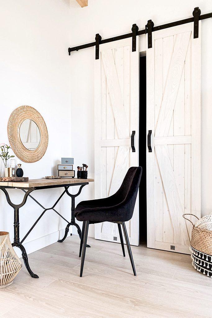 Weiße Schlafzimmer, Schlafzimmer mit Kleiderschrank, schmale Schiebetür, Schiebetür, weiß und Holz im Schlafzimmer, rustikales Schlafzimmer, Vintage-Schminktisch, Schminktischbeine aus Metall, schwarze Schlafzimmerdekorationen