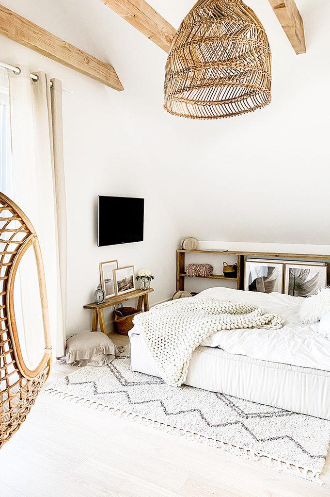 Weiße Schlafzimmer, rustikales Schlafzimmer, Schlafzimmer im Boho-Stil, Bambus-Hängelampe, Holzbalken im Schlafzimmer