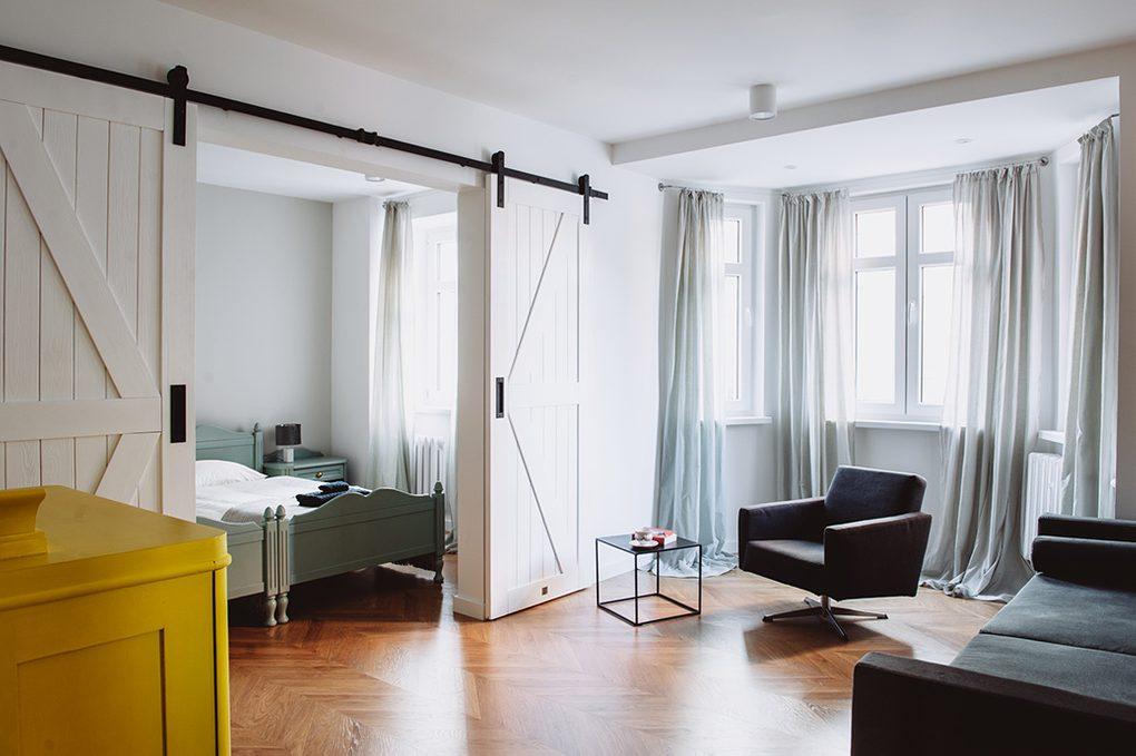 moderner Retro-Stil, Wohnungen zu vermieten Wroclaw, Doppelschiebetüren, Doppelschiebetüren, weiße Schiebetüren, barn door