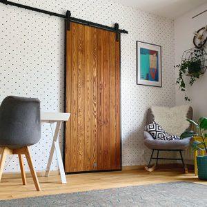 Tür im Loft-Stil, Holztür im Metallrahmen, Schiebetür aus Holz und Stahl, Tür aus Kiefern, Schiebetür im Schlafzimmer, Holztür, gepunktete Tapete, Schlafzimmer Tapeten Ideen, Schranktür