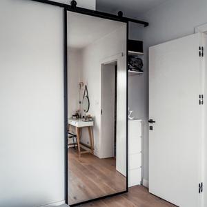 Schiebetür mit einem Spiegel, wie man eine kleine Nische abdeckt, einen Spiegel in einem Metallrahmen, eine Schiebetür im Schlafzimmer, eine Schiebetür zum Kleiderschrank, einen großen Spiegel im Schlafzimmer