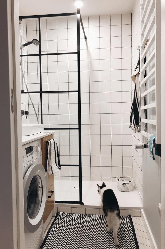 industrielles Badezimmer, industrielle-Stil Dusche, schwarze Accessoires im Bad