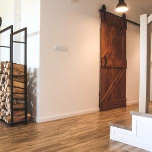 Schiebetür aus Massivholz, skandinavisches Interieur, Interieur im Loft-Stil, Küchentür, barn door, gebürstete Schiebetür, Küchenschiebetür