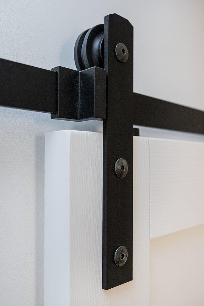 elegantes System für Schiebetüren, Schiebesystem, Führung für Schiebetüren, Kleiderbügel für Schiebetüren, Schiebetür im Block, Holzschiebetür, weiße Schiebetür, elegante Schiebetür