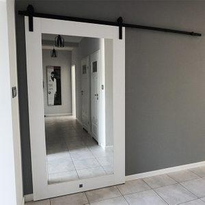 weiße Tür mit Spiegel, Schiebetür mit Spiegel, Schiebetür im Flur, schwarzes Schiebesystem weiß und grau im Innenraum