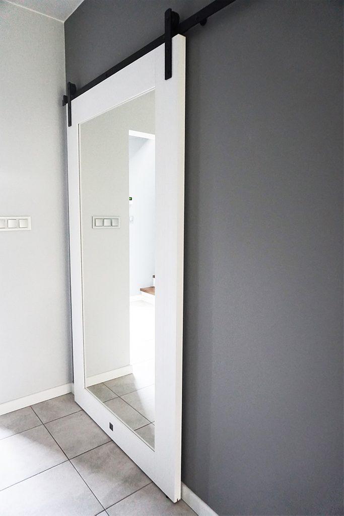 weiße Türen, Tür mit Spiegel, Schiebetür mit Spiegel weiß, große Tür mit Spiegel, Holztür mit Spiegel, Schiebetür im Flur, schwarzes Schiebesystem weiß und grau im Innenraum