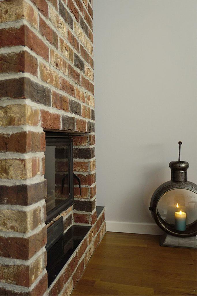 gemauerter Kamin im Wohnzimmer