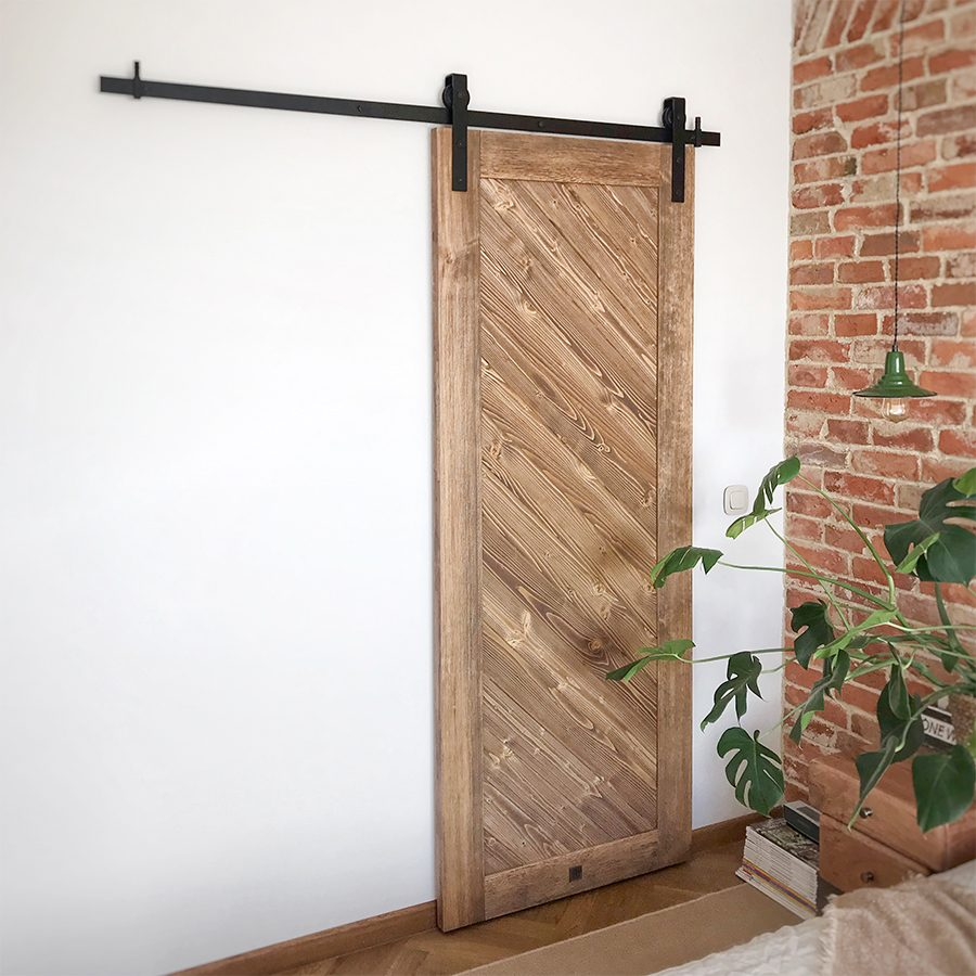 Holzschiebetür, Schrank Tür, Schlafzimmer Ankleidezimmer, Schiebetür, Holztür, Ziegel im Schlafzimmer, hängen Nachttischlampe, Vintage-Stil, Vintage-Schlafzimmer