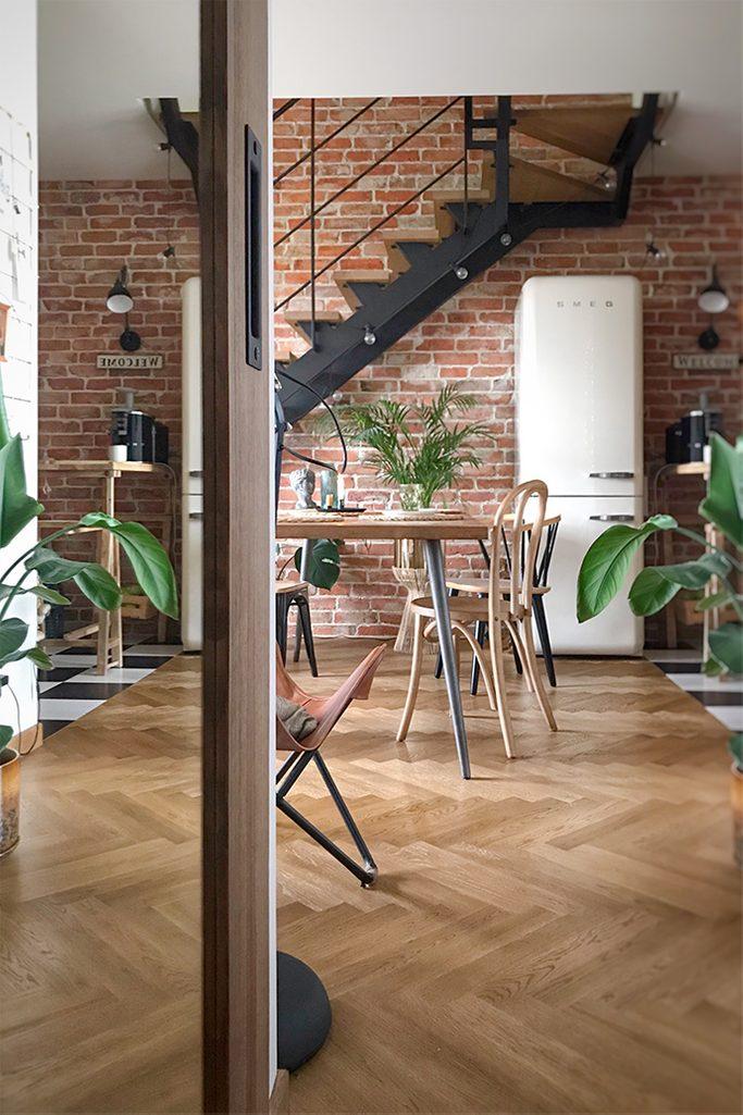 Loft-Interieur, Vintage-Möbel, Loft-Treppen, Ziegel an der Wand im Wohnzimmer, Vintage-Kühlschrank, Retro-Accessoires für die Wohnung, Industrielampen, Parkett im Wohnzimmer