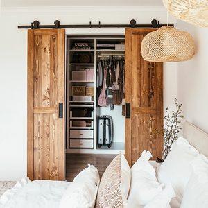 Doppelschiebetür holz, Kleiderschrank im Schlafzimmer, Schiebetüren, Holz und Weiß, dekorative Kissen für das Bett