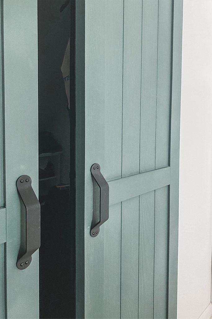 grüne Türen, schmale Schiebetüren, Schiebetürgriffe, Kleiderschrank Türen, grüne Kleiderschrank Türen