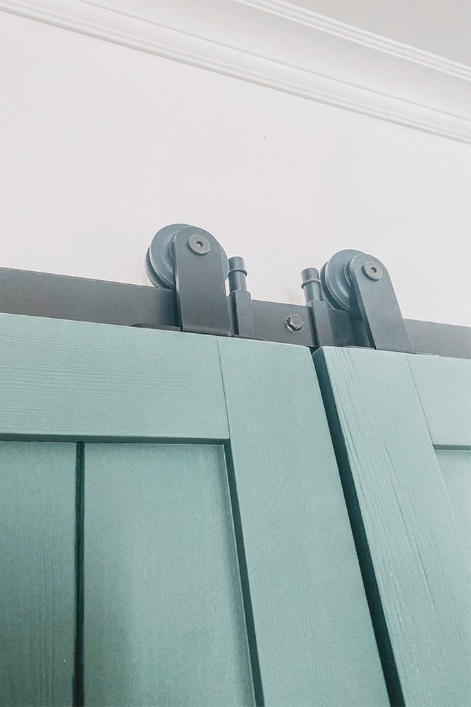 grüne Türen, schwarzes Schiebetürsystem, Schiebetürsystem, Massivholztür, grüne Schiebetür