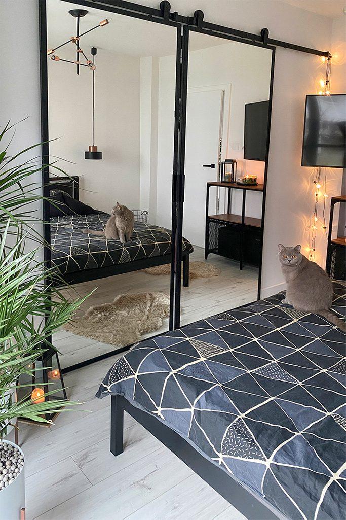 Doppel Schiebetür mit Spiegel, begehbarer Kleiderschrank, zwei große Spiegel im Schlafzimmer, Industriezubehör im Schlafzimmer, großer Schiebespiegel
