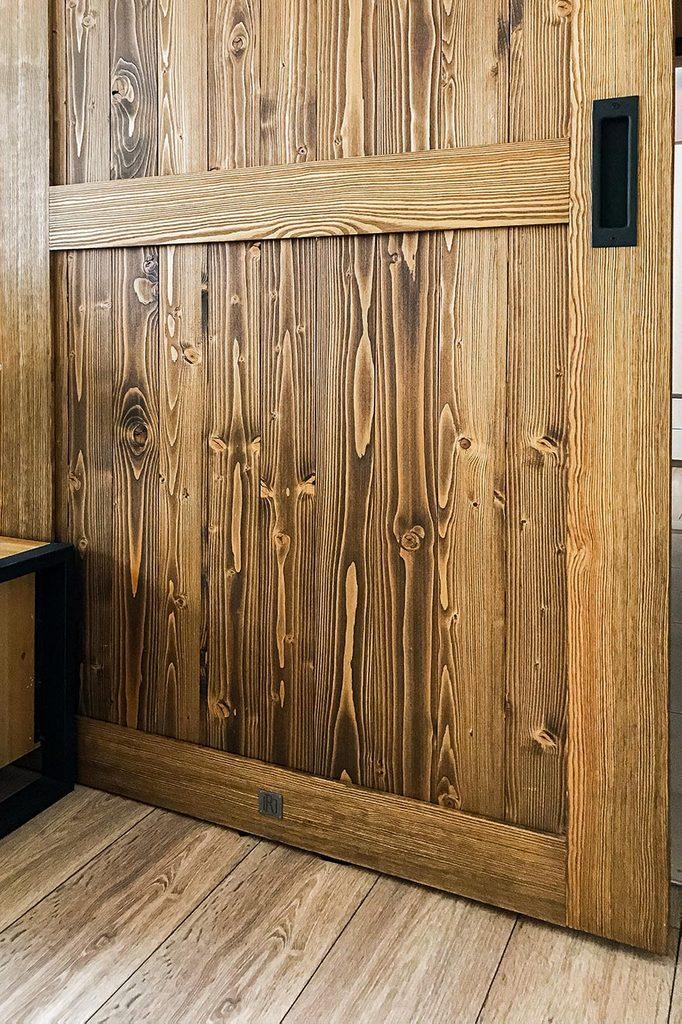 Schiebetüren in einer kleinen Wohnung, Massivholztüren, Schiebetür mit schwarzem Inner-Griff