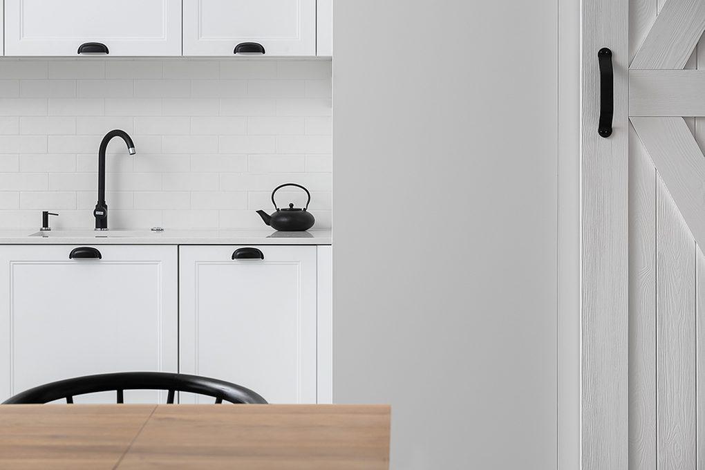 weiße Küche mit schwarzen Accessoires