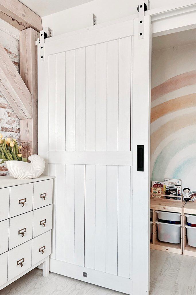 weißes schlafzimmer, Holztür weiß lackiert, weiße Holzschiebetür, weißes Schiebesystem, weiße Tür mit weißem Schiebesystem, Schiebetür mit Griff