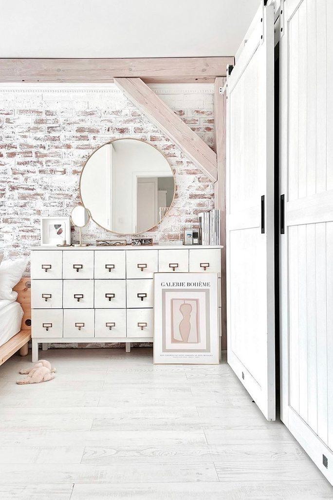 weißes schlafzimmer, Ziegel an der Wand im Schlafzimmer, Ziegelwand in weiß gemalt, rustikales Schlafzimmer, weiße Kommode im Schlafzimmer, Schlafzimmer mit einer Nische