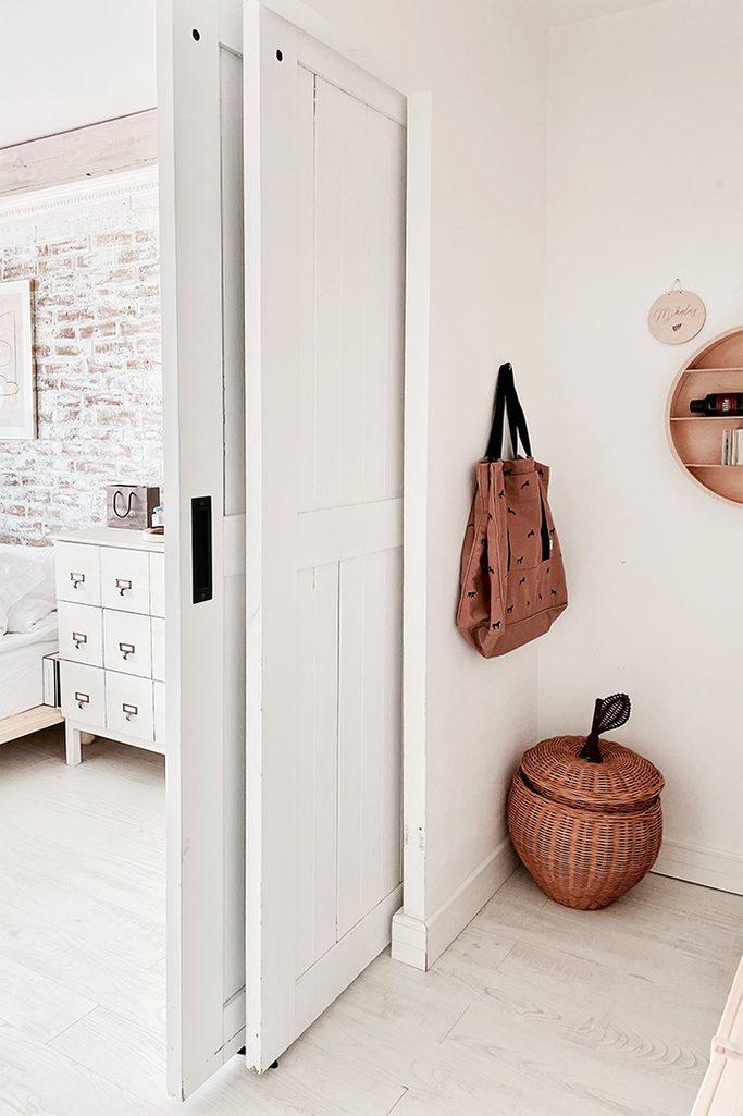 weißes schlafzimmer, Nische im Schlafzimmer hinter Schiebetüren versteckt, weiße Schiebetür, Doppelschiebetür