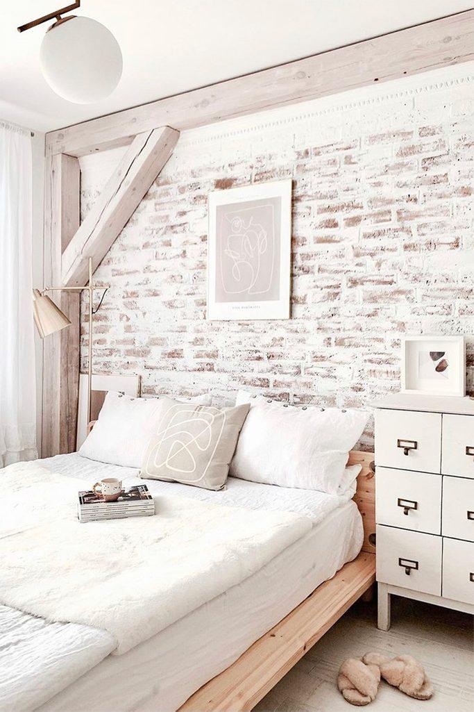 weißes schlafzimmer, weißes Deko im Schlafzimmer, Ziegelwand in weiß gestrichen, Ziegelwand im Schlafzimmer, Ziegel und Holz im Schlafzimmer, gemütliches Schlafzimmer