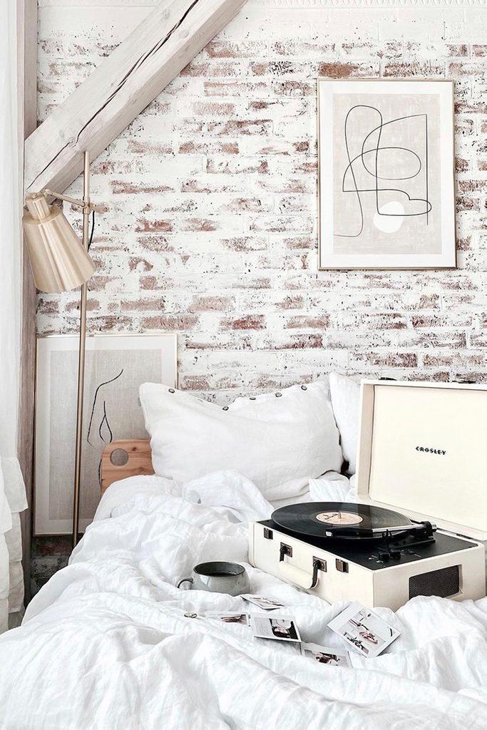 weißes schlafzimmer, Ziegel an der Wand im Schlafzimmer, Ziegel in weiß gestrichen, Schlafzimmer in weiß dekoriert, modernes rustikales Schlafzimmer, gemütliches Schlafzimmer