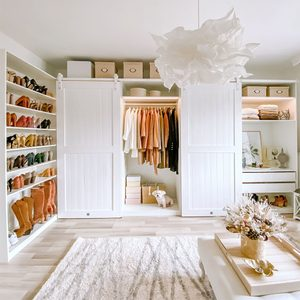 großes helles begehbarer Kleiderschrank, Schiebetüren im begehbaren Kleiderschrank, große weiße Holztüren, weiße Türen auf weißem Schiebesystem, große weiße Kleiderschränke im Ankleidezimmer
